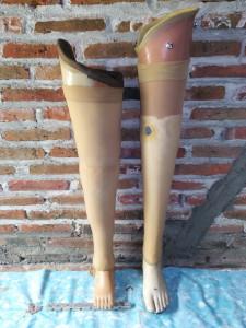 pengrajin kaki palsu atas lutut
