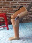 pengrajin kaki palsu tepat lutut