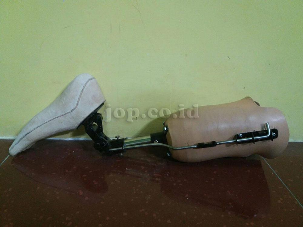 kaki palsu dengan komponen sholat
